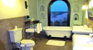 Salle de bain avec vue sur le désert.
